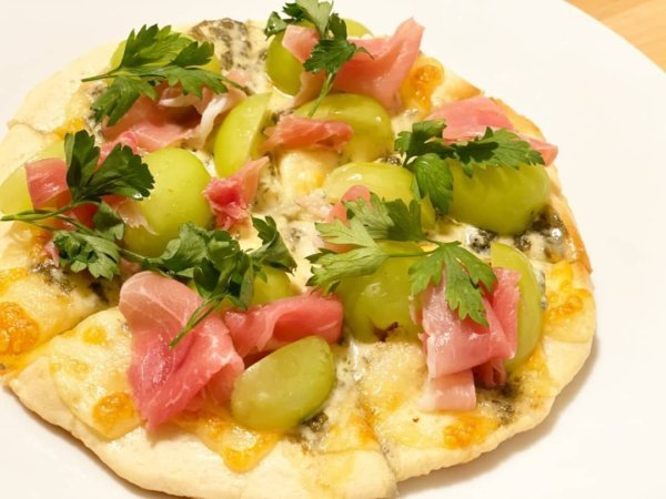 味も見た目もバッチリ!シャインマスカットと2種のチーズと生ハムのおもてなしピザ